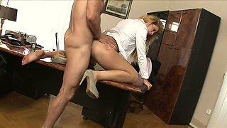 Die nuttige französische Sekretärin Jessie Volt fickt ihren Chef im Büro