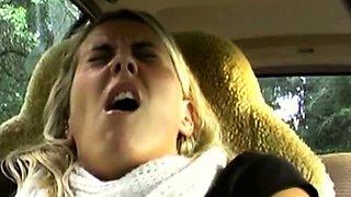 Блондинка мастурбирует авто